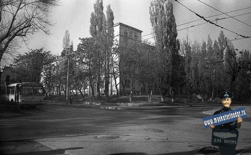 Краснодар. На перекрёстке улиц Мира и Гудимы