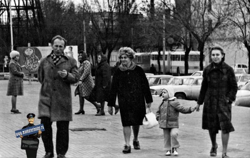 Краснодар. На ступенях Цирка. 5 декабря 1976 г.