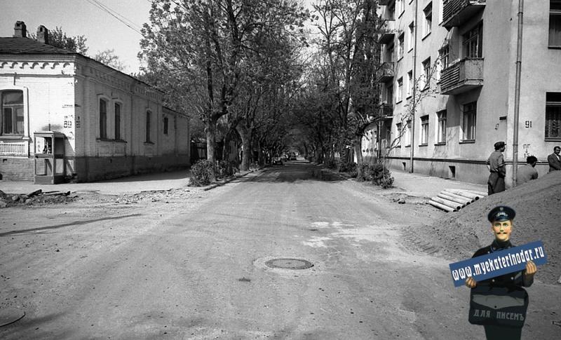 Краснодар. На улице Октябрьской. №№ 89 и 91. Перекрёсток с Ворошилова, вид на запад.