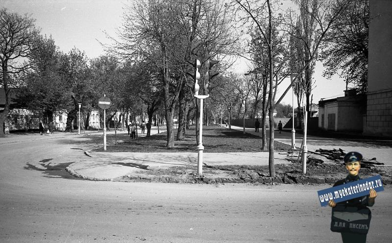 Краснодар. На улице Октябрьской. Перекрёсток c Тельмана, вид на восток. 1977 год.