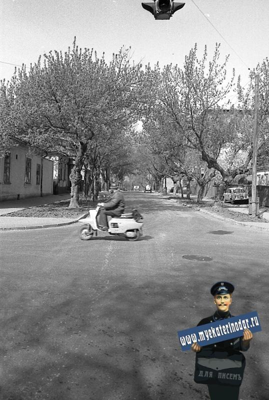 Краснодар. На улице Октябрьской. Перекрёсток с Советской, вид на запад.