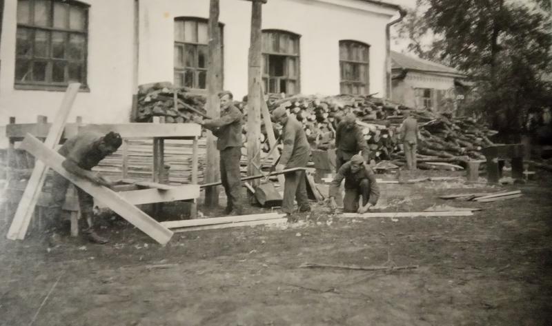 Краснодар? Во дворе школы , осень 1942 года.