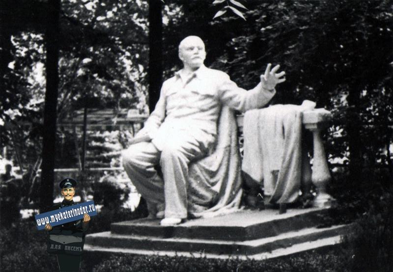 Краснодар. Памятник В.И.Ленину на территории военного госпиталя, 1987 год