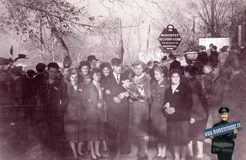 Краснодар. Перед первомайской демонстрацией у КСХИ