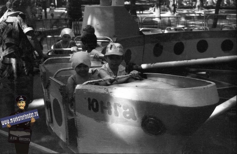 """Краснодар. Первомайская роща. Аттракцион """"Юнга"""", 1989 год"""
