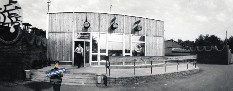 """Краснодар. Пивной бар-автомат """"Старый причал"""" по улице Братьев Игнатовых, 1984 год."""