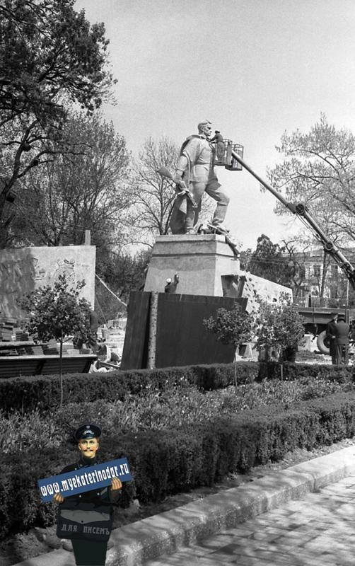 Краснодар. Подготовка к открытию памятника Воину-освободителю, май 1965 года