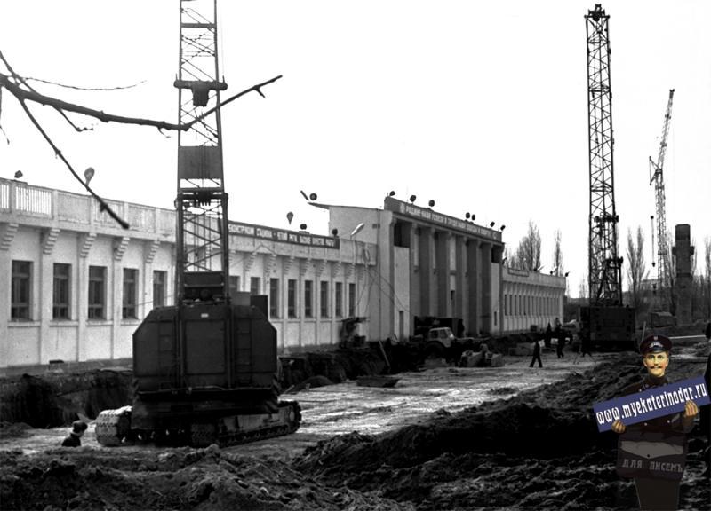"""Краснодар. Реконструкция стадиона """"Кубань"""". Вид на восточную трибуну. 1980 год"""