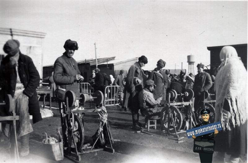 Краснодар. Сенной рынок, точильщики ножей, осень 1942 года