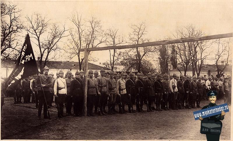 Краснодар 1921 год. У штаба 9-й армии. Выстроился отдельный полк штаба армии..