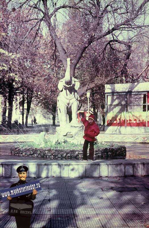 """Краснодар. Скульптура """"Индийский мальчик со слоном"""""""