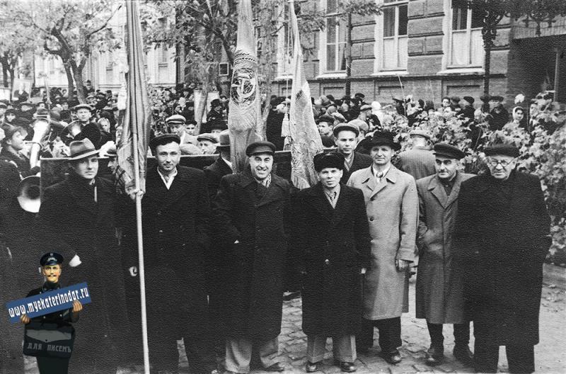 "Краснодар. Сотрудники треста ""СЕВКАВТИСИЗ"" на Ноябрьской демонстрации 1957 года."
