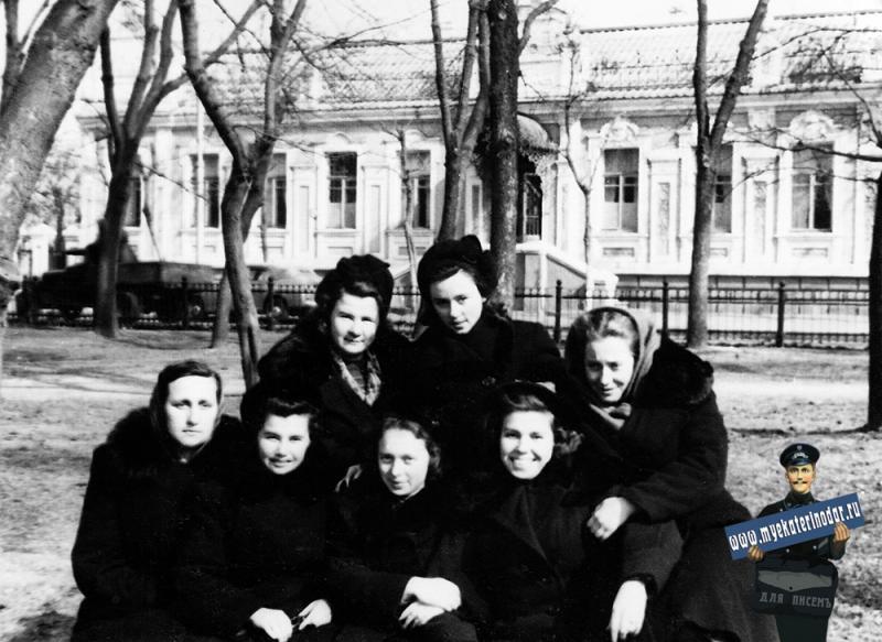 Краснодар. Студентки института пищевой промышленности. Улица Сталина, 1951 год