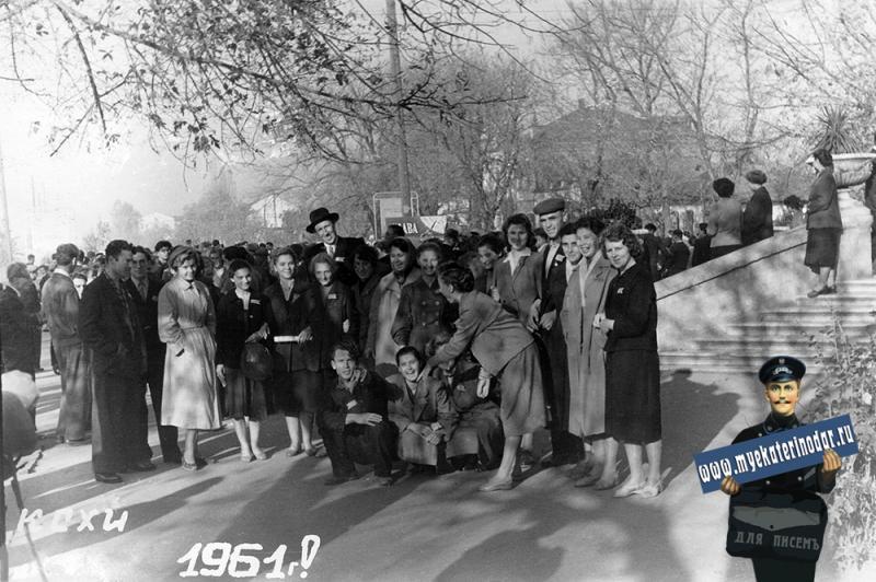 Краснодар. Студенты и преподаватели экономфака КСХИ на ноябрьской демонстрации, 1961 год
