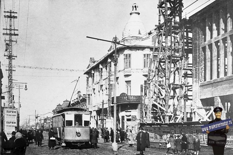 Краснодар. Трамвай на перекрестке улиц Красной и Гоголя. 1926 год.