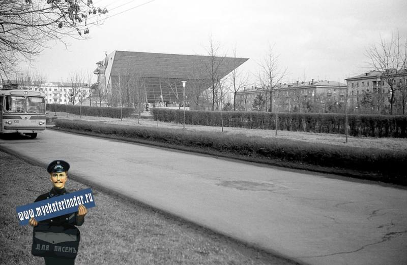 "Краснодар. Троллейбус маршрута №1 на улице Шоссе Нефтяников у кинотеатр ""Аврора"""