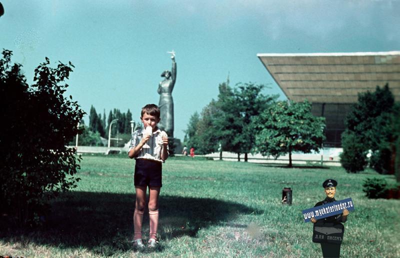 "Краснодар. У кинотеатра ""Аврора"", 1977 год"