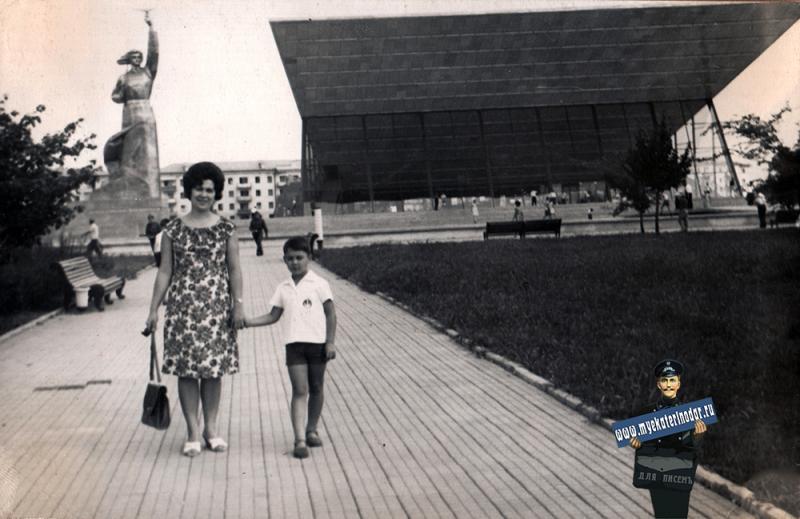 "Краснодар. У кинотеатра ""Аврора"", июль 1967 года"