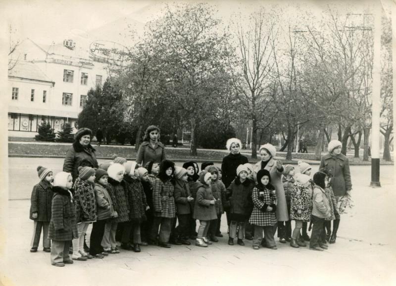 Краснодар. У памятника воинам-освободителям. 1980 год.