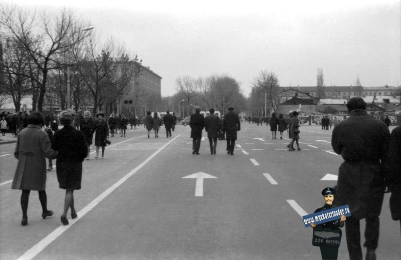 Краснодар. Угол улиц Красной и Буденного, вид на север, 7 ноября 1969 года