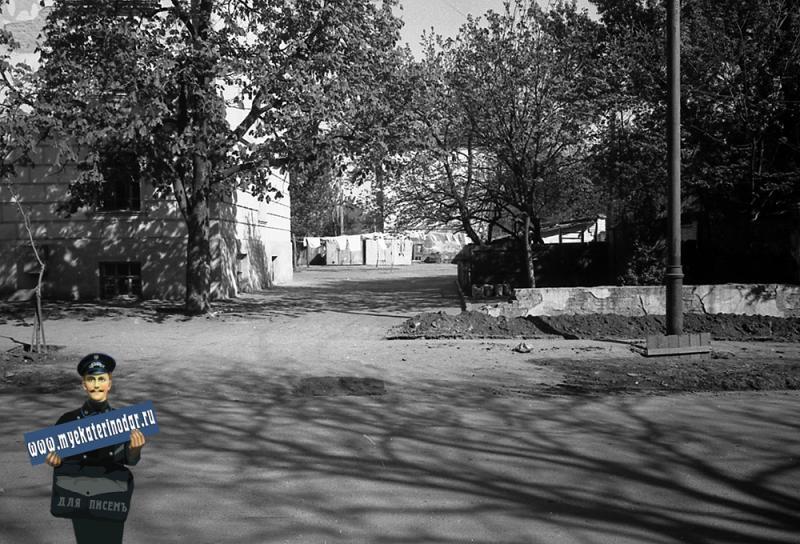 Краснодар. Улица Октябрьская № 12 (вид правой части и двор, фото 4)