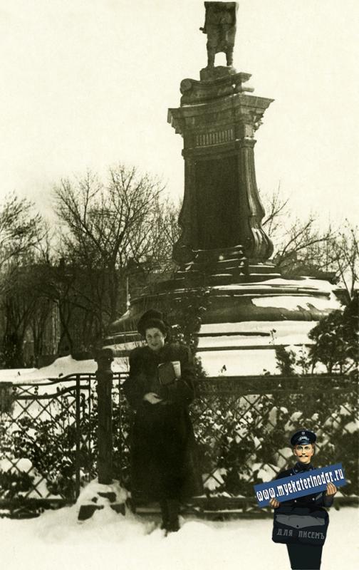 """Краснодар. В бывшем """"Екатерининском"""" сквере, у памятника Я. Свердлову. 1950-е"""