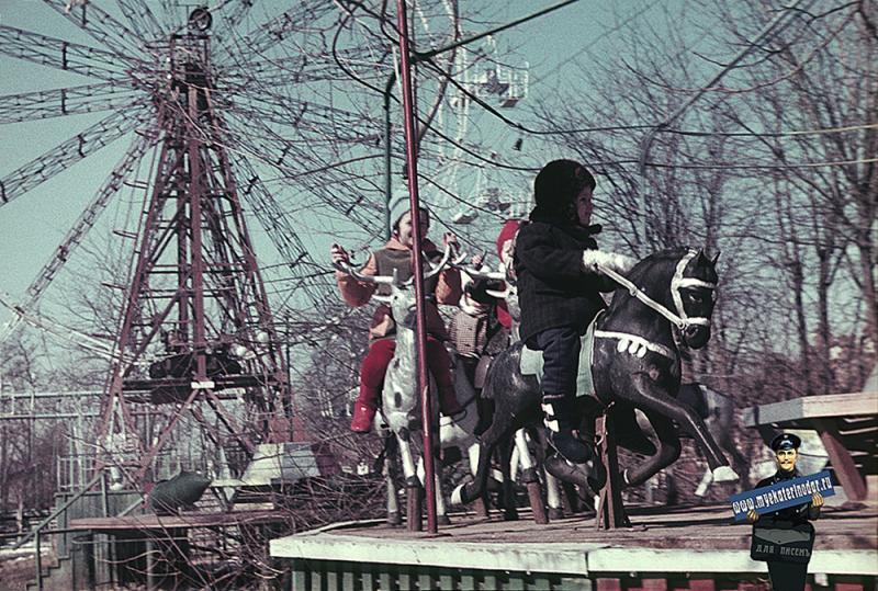 Краснодар. В парке им. 40-летия Октября, на карусели. 1971 год