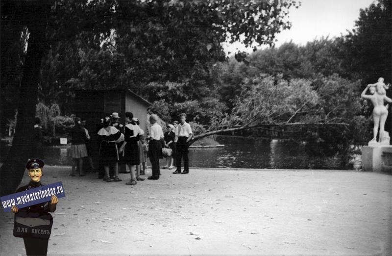 Краснодар. В горпарке, у пруда. 1962 год