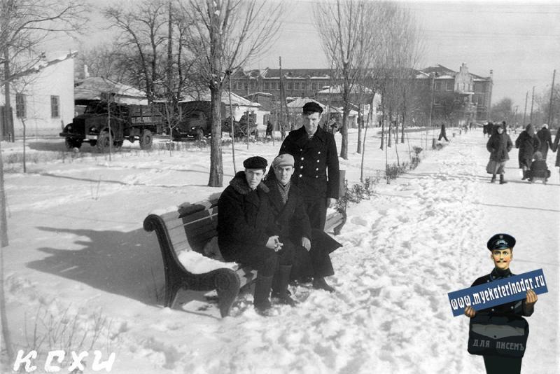 Краснодар. Студенты КСХИ на улице Дружбы.