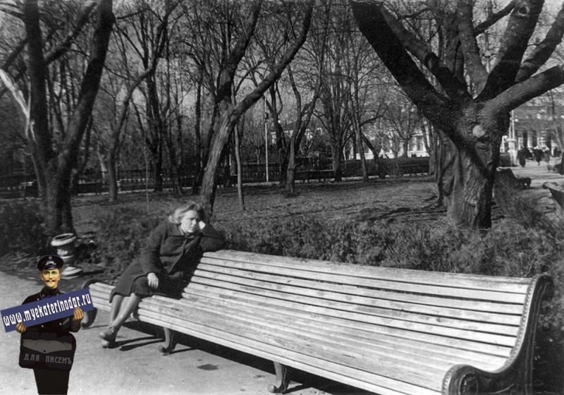 Краснодар. В сквере у здания крайкома КПСС. 1960 год.