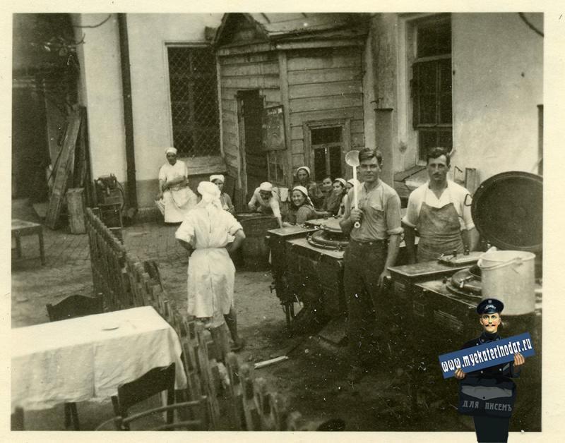 """Краснодар. Во дворе 1-й городской больницы. """"Кухня госпиталя"""", осень 1942 года"""
