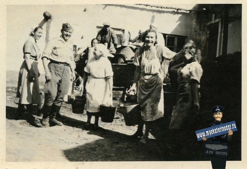 """Краснодар. Во дворе 1-й городской больницы. """"Привезли воду"""", осень 1942 года"""
