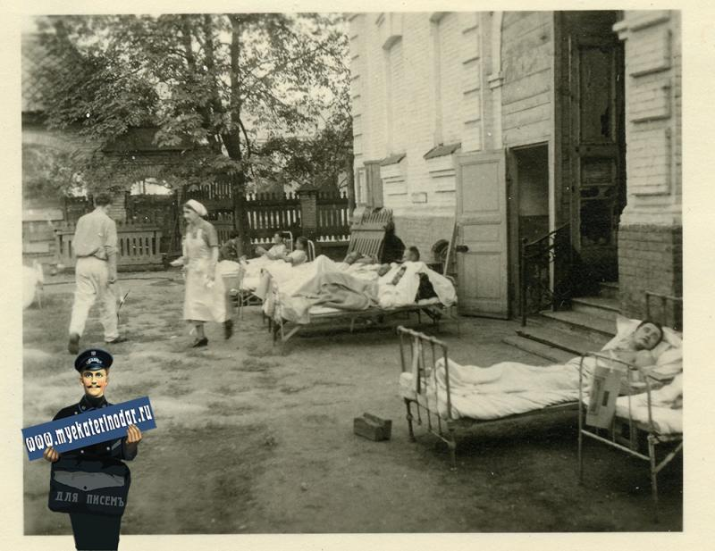 """Краснодар. Во дворе 1-й городской больницы. """"Раненые во дворе"""", осень 1942 года"""