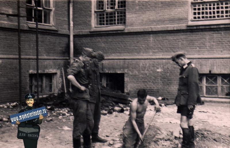 Краснодар. Во дворе Дворца пионеров, 1942 год
