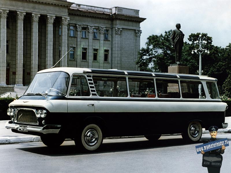 Краснодар. ЗиЛ-118 «Юность» МА 02-13 на улице Красной у здания крайкома КПСС.