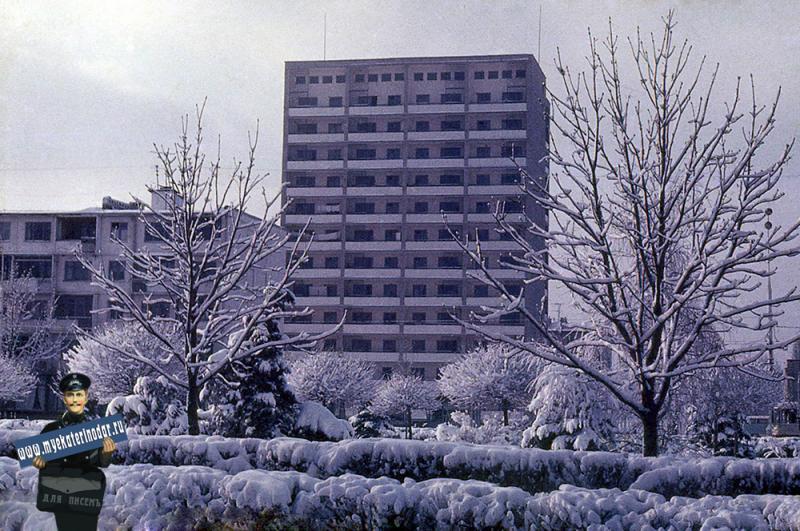 """Краснодар. Зимним днём на улице Красной возле универмага """"Краснодар"""", 1976 год"""