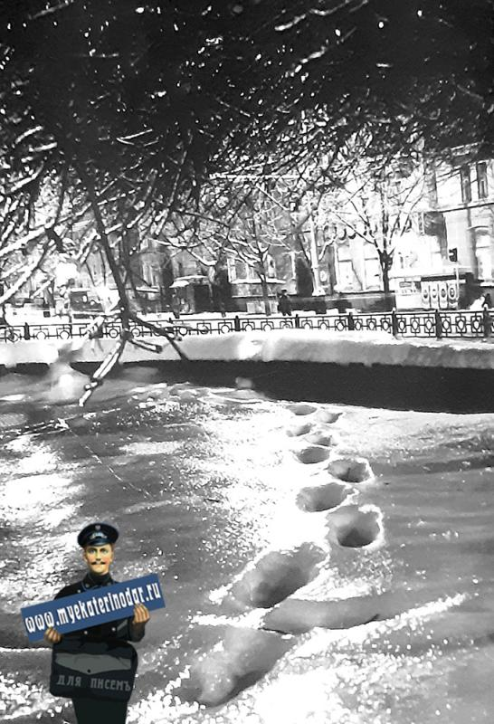 Краснодар. Зимним вечером взгляд из фонтана на улицу Красную.