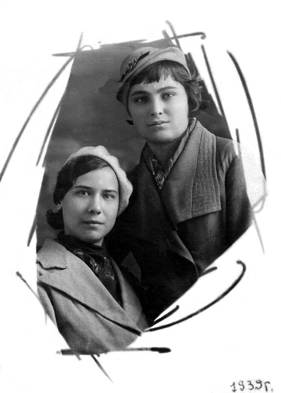 Краснодарки. Литвиненко Тамара Назаровна (слева) с подругой. 1939 г.