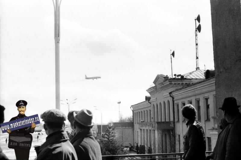 Краснодарский аэропорт. Вид на южную часть стоянок с балкона.