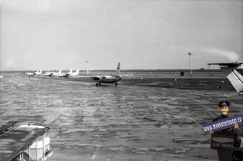Краснодар. Пашковский аэропорт. Вид с балкона на лётное поле (на восток)