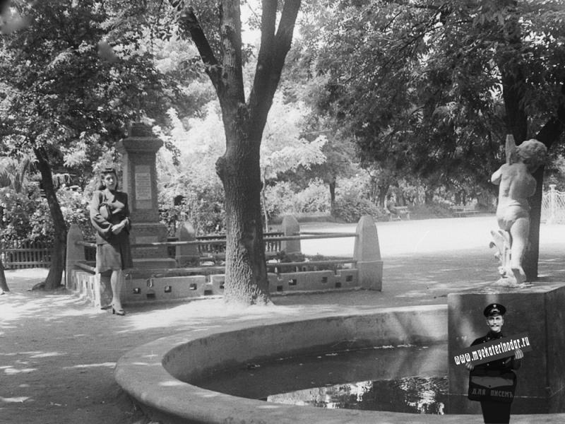 Краснодар. Бывший Екатерининский сквер, могила подполковника Д.И.Мельникова, май 1948 года