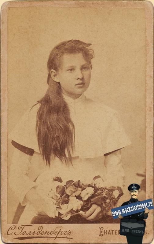 Екатеринодар. Фотоателье Гольденберга С.М. Портрет гимназистки. 1896 год