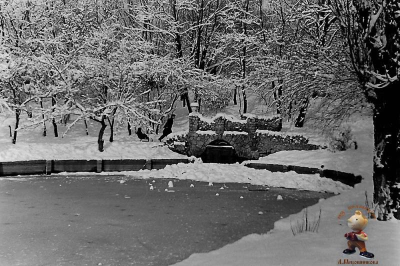 Краснодар. Зимний вид грота на пруду Горпарка .