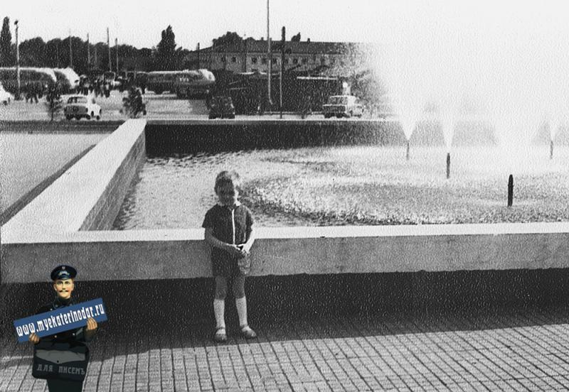 Краснодар. Улица Шаумяна, угол Калинина. Вид на Сенной (тогда ЦКР) рынок