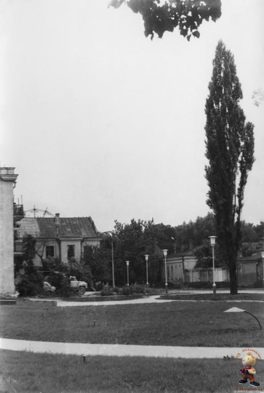 """Краснодар. Угол Захарова и Постовой. Вид дома из сквера с """"Одуванчиком"""""""