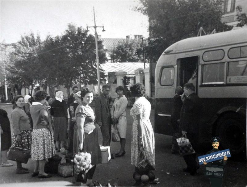 Краснодар. Улица Шаумяна, троллейбусная остановка, 1963 год