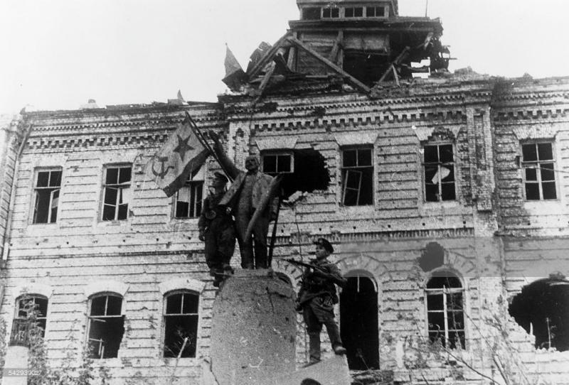 Новороссийск. Освобождение. У памятника Ленину